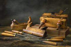 与木匠业工具的静物画,长凳飞行,木雕刻的凿子 库存照片