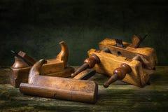 与木匠业工具,长凳飞机的静物画 免版税库存照片