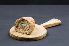 与木厨房切板和面包的静物画构成 免版税库存图片