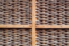 与木发怒大梁的布朗柳条样式 免版税库存图片
