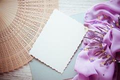 与木和淡紫色布的抽象背景 免版税图库摄影
