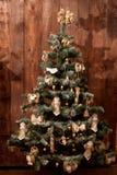 与木和粗麻布玩具的土气新年树 免版税库存图片