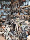 与木图和面具的传统非洲纪念品店 免版税库存图片