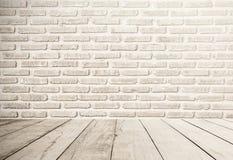 与木地板前景的白色砖墙背景 库存照片