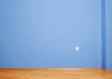 与木地板和蓝色墙壁的空的内部 库存照片