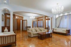 与木地板的家庭入口 新的豪华内部  免版税图库摄影