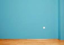 与木地板的空的内部,接通墙壁和蓝色墙壁 库存照片