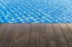 与木地板的蓝色游泳池 库存照片