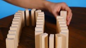 与木块的多米诺作用概念 股票录像