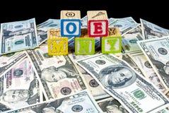 堆与拼写金钱的木刻的现金 免版税库存照片
