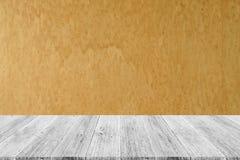 与木大阳台的木纹理背景 库存图片