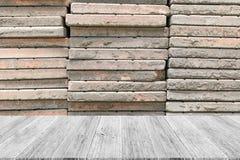 与木大阳台的石墙纹理 免版税库存照片