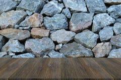 与木大阳台的石墙纹理 免版税图库摄影