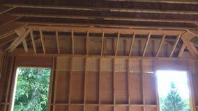 与木头构筑的墙壁和天花板或地板安装托梁的木头构筑的未完成作品在新建工程大厦 股票视频