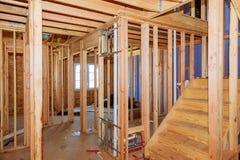 与木头构筑的墙壁和天花板或地板安装托梁的木头构筑的未完成作品在新建工程大厦 库存图片