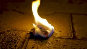 与木头的木炭火在水泥 火的煤炭在石地板上的 股票视频