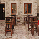 与木家具的室外咖啡馆 免版税库存照片