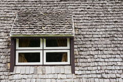 与木屋顶的窗口 图库摄影