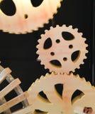 与木嵌齿轮齿轮wh的豪华现代木曲线铁路轨道 库存照片