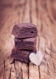 与木心脏的巧克力微型果仁巧克力叮咬 库存图片