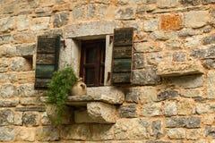 与木快门的开窗口 免版税库存照片