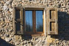 与木快门的窗口-托斯卡纳意大利 免版税库存图片