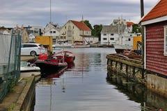 与木房子和小船的风景在海于格松,挪威 免版税库存图片