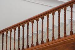 与木扶手栏杆的石楼梯 库存图片