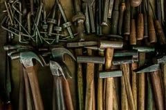 与木把柄的锤子银色金属材料 库存照片
