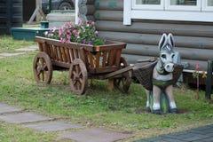 与木推车的一头玩具驴 免版税库存图片