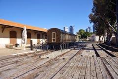与木无盖货车的老火车站 免版税库存图片