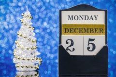 与木日历的圣诞节装饰品 免版税库存图片