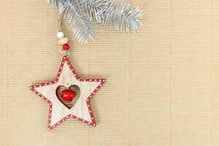 与木星的圣诞节银色冷杉木分支在波纹状的b 免版税库存照片