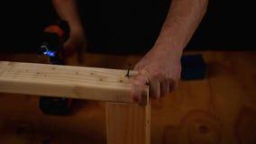 与木材和无绳的钻子的住所改善 影视素材