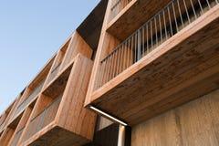 与木材阳台的现代建筑学 免版税库存照片