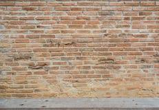 与木板条的老红砖墙壁纹理 免版税库存图片