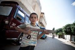 与木枪的年轻syrioan男孩戏剧。阿扎兹,叙利亚。 免版税库存图片