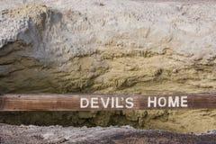 与木标志的恶魔的家庭火山口 库存图片