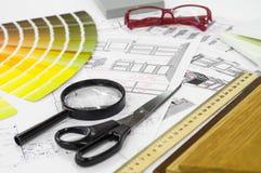 与木样品和多彩多姿的调色板和凹道工具的建筑图纸内部 产业生产概念 免版税库存图片