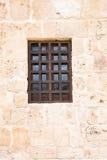 与木格栅的窗口在古老墙壁上 免版税图库摄影