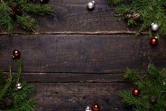 与木桌、装饰和圣诞树的冬天背景 库存图片