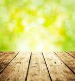 与木桌和文本空间的春天土气模板背景 免版税库存照片