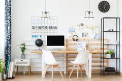 与木桌的简单的工作区 库存照片