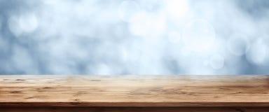 与木桌的蓝色冬天背景 免版税库存图片