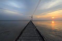 与木桥的日落 库存照片