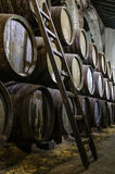 与木梯凳的威士忌酒或葡萄酒桶 免版税库存照片