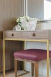 与木梳妆台的经典木椅子 库存图片