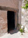 与木楣石的古老门在Carmel使命博物馆 库存照片