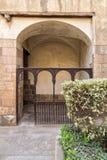 与木楼梯栏杆的嵌入空间和在一个被种植的花箱子后的木曲拱在一个老历史的房子的外在墙壁 库存照片