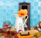 与木槿的温泉静物画在水罐开花 免版税库存图片